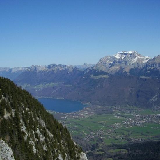 Le sud du lac d'Annecy surplombé de la Tournette (2351 m)