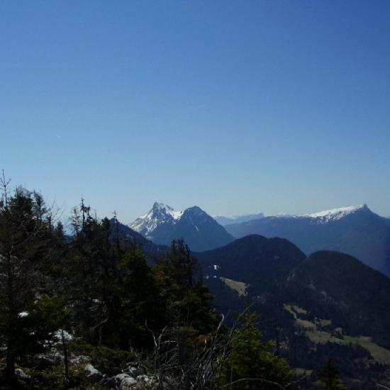 A gauche: le Colombier des Bauges, à droite: le Mont Margériaz.